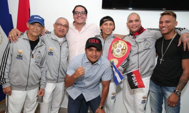 """Reciben al Campeón Mundial Félix """"El Gemelo"""" Alvarado enManagua"""